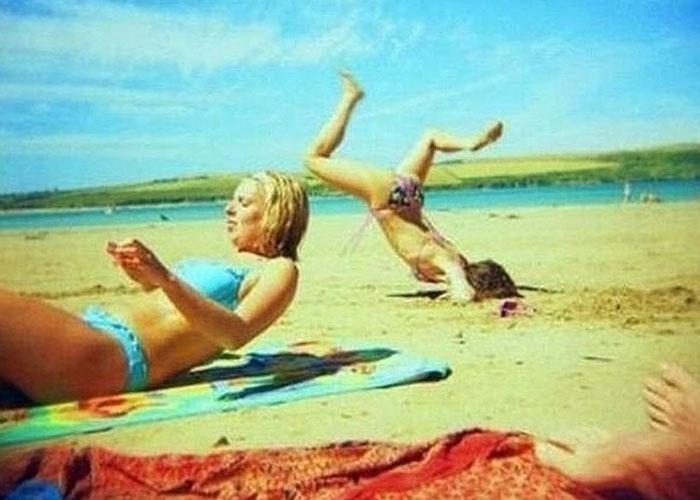 O site do jornal britânico ''The Sun'' fez uma seleção de fotos que mostram cenas esquisitas em praias. Na lista aparecem diversos intrometidos no estilo photobomb, como a moça estabanada da imagem acima