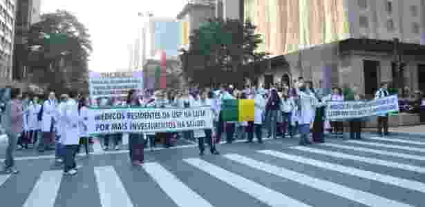 Médicos do SUS realizam protesto na avenida Paulista em São Paulo (SP), nesta quarta-feira (3), contra o baixo investimento do governo brasileiro na saúde pública, em oposição à