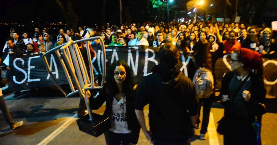 2.jul.2013 - Manifestantes entraram em confronto contra a tropa de choque da Polícia Militar após bloquearem os dois sentidos da Via Dutra, na altura do quilômetro 149, em São José dos Campos (SP). O ato exige a revogação do aumento da tarifa do transporte público na cidade
