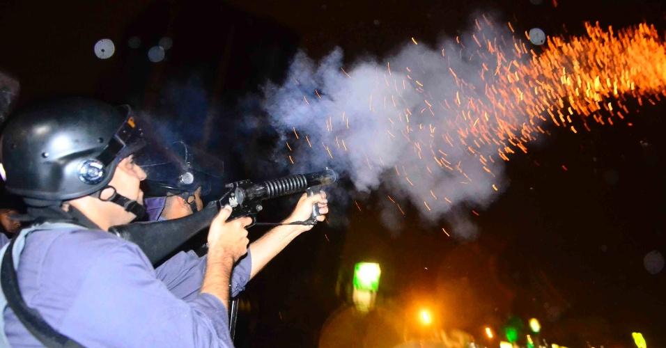 2.jul.2013 - Policial Militar dispara balas para tentar dispersar manifestantes que bloqueavam os dois sentidos da Via Dutra, na altura do quilômetro 149, em São José dos Campos (SP), durante ato para pedir a revogação do aumento da tarifa do transporte público na cidade