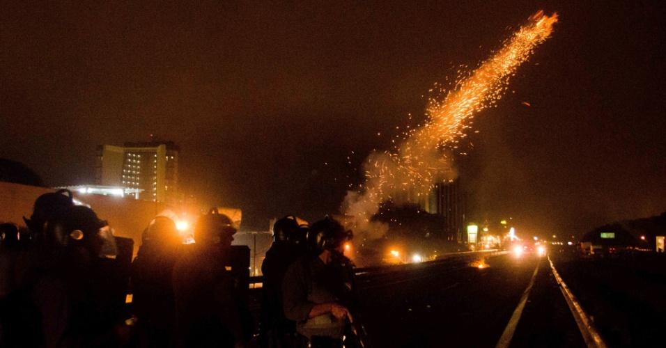 2.jul.2013 - Tropa de choque da PM dispara para dispersar manifestantes que bloqueavam os dois sentidos da Via Dutra, na altura do quilômetro 149, em São José dos Campos (SP), durante ato contra o aumento da tarifa do transporte público da cidade