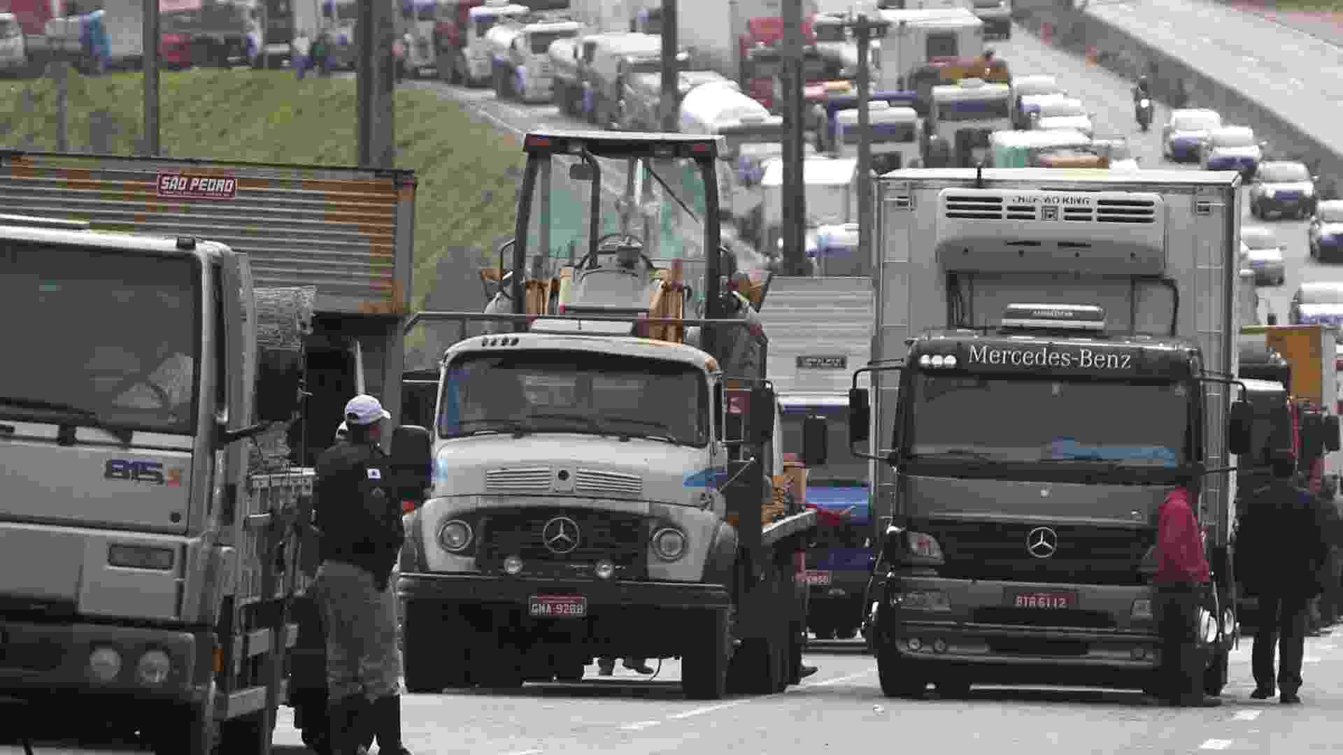 3.jul.2013 - Caminheiros interditam a BR-356 em Belo Horizonte (MG). Justiça Federal decidiu na terça (2) que a PRF (Polícia Rodoviária Federal) pode intervir e impedir que manifestações de caminhoneiros fechem rodovias - ALEX DE JESUS/O TEMPO/ESTADÃO CONTEÚDO
