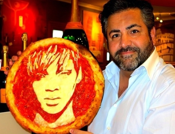 3.jul.2013 - Domenico Crolla mostra pizza com o rosto da Rihanna