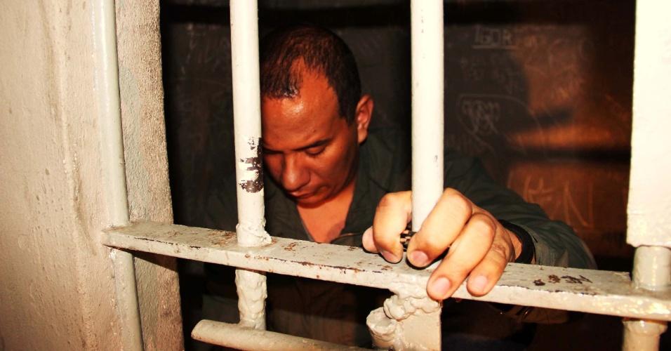 3.jul.2013 - Homem é preso após estuprar jovem de 19 anos em Heliópolis, em São Paulo, na noite desta terça-feira (2). Segundo a vítima, ela voltava do trabalho caminhando para casa por uma rua escura quando o criminoso passou em um carro e a abordou dizendo estar armado. Ele obrigou a vítima a entrar no carro, a levou para um local distante e a estuprou. O caso foi registrado no 95º DP (Heliópolis)