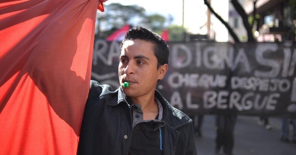 3.jul.2013 - Manifestantes sem-teto e integrantes do MPL (Movimento Passe Livre) fizeram protesto na região central de São Paulo nesta quarta-feira (3) contra a desocupação de prédio localizado na rua Couto de Magalhães, na região da Luz. A prefeitura de São Paulo diz que o edifício precisa ser esvaziado porque há risco de desabamento. Os moradores, no entanto, contestam essa versão e dizem que o imóvel foi atingido apenas por um princípio de incêndio na semana passada, sem oferecer riscos. Segundo os manifestantes, a prefeitura não apresentou um laudo oficial atestando a necessidade da desocupação do imóvel