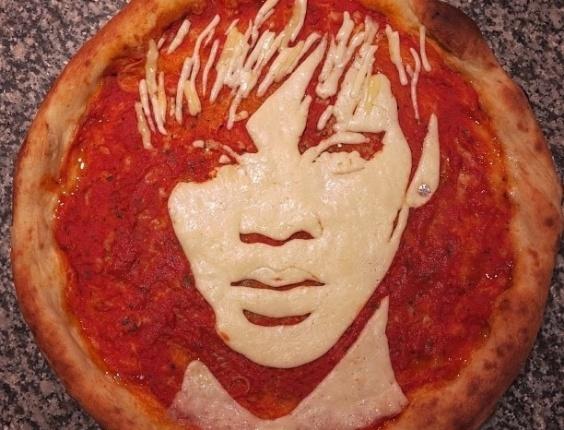 3.jul.2013 - Pizza com imagem da cantora Rihanna feita por Domenico Crolla, em Glasgow, Escócia