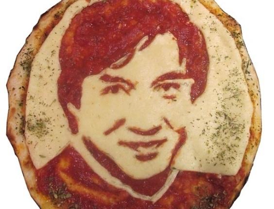 3.jul.2013 - Pizza com imagem do ator Jackie Chan feita por Domenico Crolla, em Glasgow, Escócia
