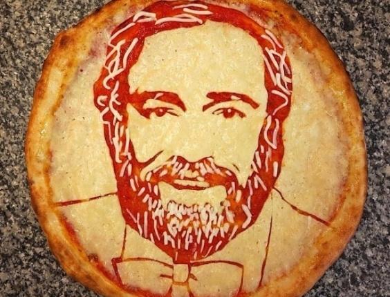 3.jul.2013 - Pizza com imagem do tenor Luciano Pavarotti feita por Domenico Crolla, em Glasgow, Escócia