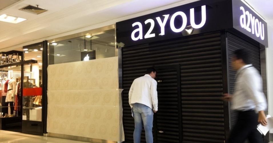 3.jul.2013 - Um grupo assaltou uma loja revendedora de produtos da Apple no shopping Pátio Paulista, na região central de São Paulo, na madrugada desta quarta-feira (3). O assalto ocorreu por volta das 4h, momento em que o centro de compras estava fechado. Um assaltante armado chegou a apontar a arma para um dos seguranças do local. O grupo quebrou uma vitrine da loja, que fica na fachada do shopping. A loja, chamada A2you, não informou o que foi roubado e ainda calcula os prejuízos