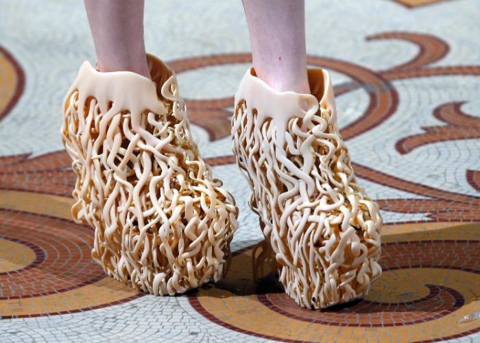 A estilista Iris van Herpen apresentou em Paris sua nova coleção de inverno, que tem diversos sapatos produzidos com impressora 3D (caso do modelo acima). Segundo o ''Daily Mail'', as peças exibidas em Paris em julho de 2013 representam uma mistura da cultura japonesa com exoesqueletos. A estilista holandesa, que tem clientes como a cantora Lady Gaga, já exibiu roupas produzidas com impressoras 3D em outras coleções