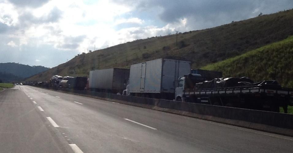 1º.jul.2013 - Protesto de caminhoneiros na BR 040, km 809, nos dois sentidos, em Simão Pereira, Juiz de Fora (MG), gerou 3 km de congestionamento, segundo o internauta Marcos Roque