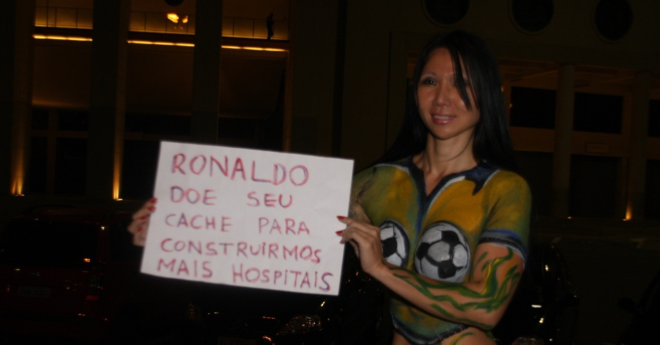 30.jun.2013 - A coreana Catarina Kim participou de um protesto em frente ao Estádio do Pacaembu, em São Paulo, contra os gastos da Copa do Mundo, no domingo (30)