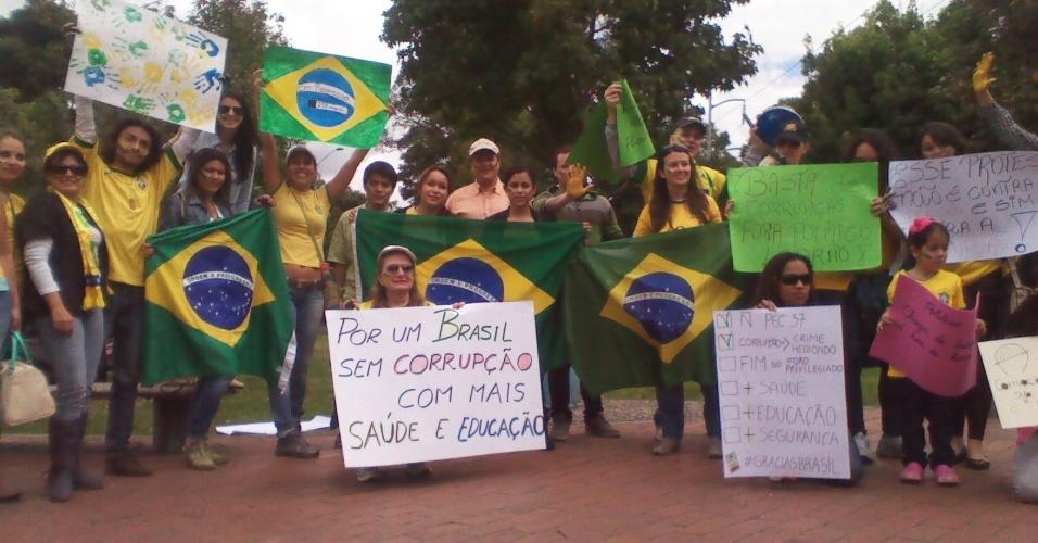 30.jun.2013 - Brasileiros residentes em Bogotá, na Colômbia, se reúnem em apoio às manifestações no Brasil