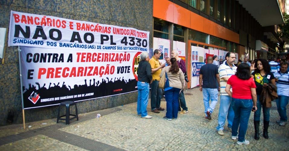 4.jul.2013 - Agência bancária fechada na avenida Rio Branco, no Rio de Janeiro. Bancários protestam nesta quinta em todo o país contra o projeto de lei 4330, que regulamento a terceirização
