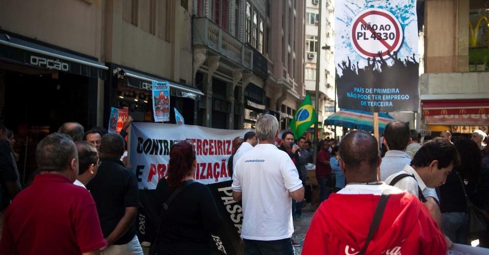 4.jul.2013 - Agência bancária fechada no largo dos bancários, no centro do Rio de Janeiro. Profissionais protestam nesta quinta em todo o país contra o projeto de lei 4330, que regulamento a terceirização