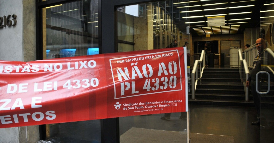 4.jul.2013 -  Bancários paralisam o atendimento nas agências da avenida Paulista, em São Paulo. A categoria protesta contra o projeto de lei do deputado federal Sandro Mabel (PMDB-GO) que viabiliza oficialmente a terceirização de todos os serviços no país