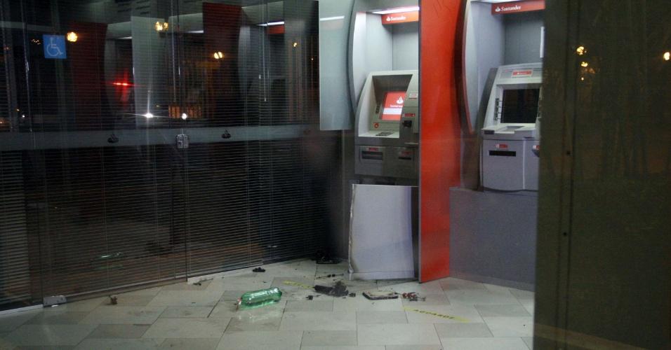 4.jul.2013 - Um caixa eletrônico de uma agência bancária localizada em frente à sede da Prefeitura de Guarulhos, na avenida Bom Clima, foi arrombado na madrugada desta quinta-feira (4). Próximo ao local se encontra uma base da Guarda Civil Municipal de Guarulhos. Ninguém foi preso. O caso foi registrado no 1° DP (Guarulhos)