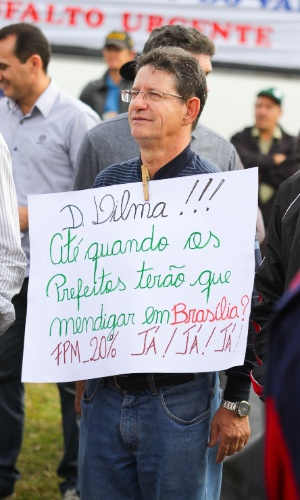 4.jul.2013 - Cerca de mil pessoas protestaram na BR-386, em Sarandi (RS), nesta quinta para pedir mais investimentos para a região. Manifestação reuniu prefeitos e associações de vereadores do RS