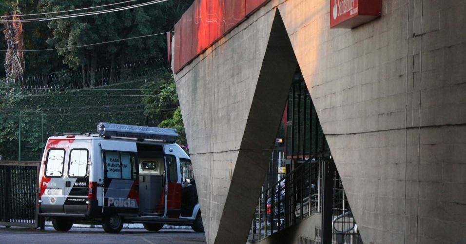 4.jul.2013 - Cinco criminosos assaltaram uma agência do banco Santander na região do Butantã, na zona oeste de São Paulo, no início da tarde desta quinta-feira (4). Na fuga, os bandidos levaram uma pessoa como refém, que foi liberada momentos depois. Segundo informações da Polícia Militar os criminosos fugiram levando R$ 250 mil