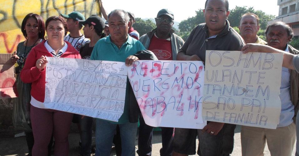 4.jul.2013 - Grupo de camelôs protesto na estrada do Campo Limpo, zona sul de São Paulo, nesta quinta. Eles pedem autorização para trabalhar na região