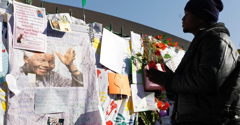 4.jul.2013 - Homem reza em frente ao Hospital do Coração Mediclinic, onde o ex-presidente sul-africano está internado em Pretória. Segundo o governo, o estado de saúde de Mandela é