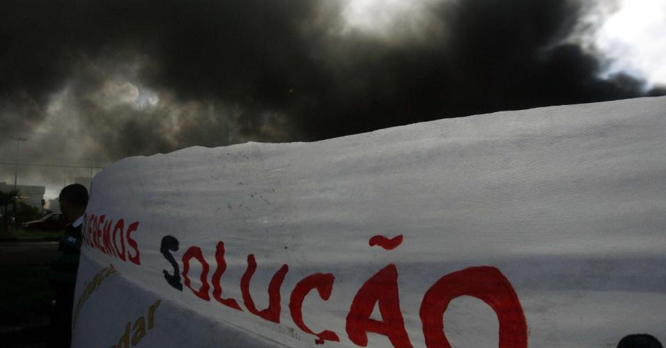 4.jul.2013 - Manifestantes colocam fogo em pneus e pedaços de pau para interditar a avenida Eduardo Fróes da Mota, em Feira de Santana (BA) nesta quinta. O protesto é contra o alto de índice de atropelamentos na região