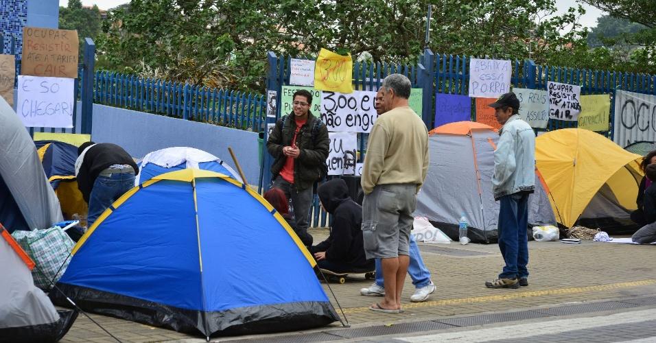 4.jul.2013 - Manifestantes do Movimento Passe Livre acampam em frente ao Paço Municipal de São José dos Campos (SP). Eles prometem permanecer no local até que a prefeitura reduza o preço da passagem de ônibus