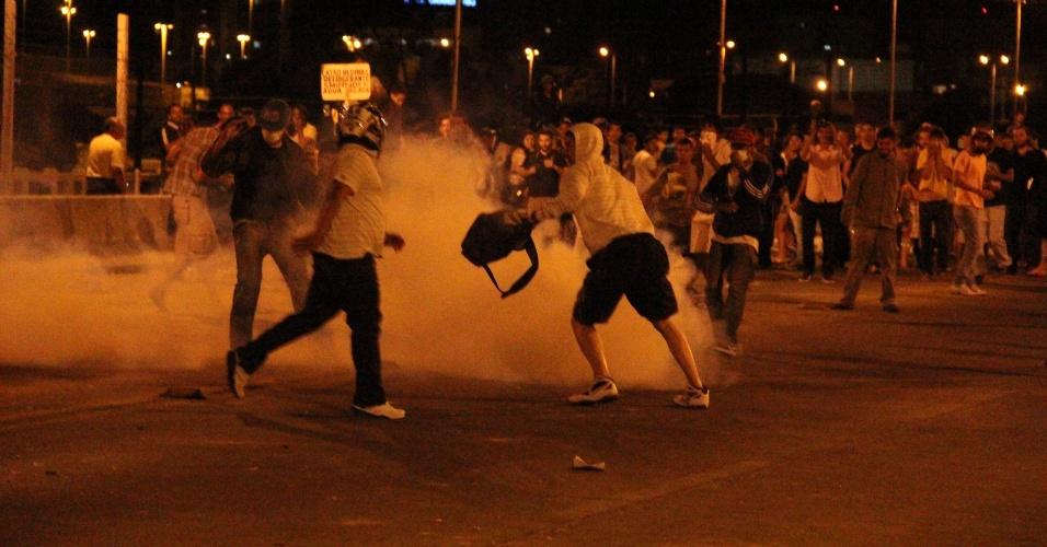 4.jul.2013 - Manifestantes entraram em confronto com a PRF (Polícia Rodoviária Federal) e o Exército na madrugada desta quinta na ponte Presidente Dutra, em Juazeiro (BA). Este foi o terceiro dia de protesto