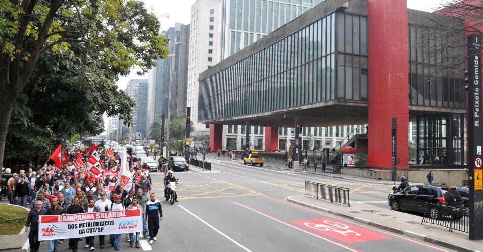4.jul.2013 - Metalúrgicos fazem ato pela campanha salarial da categoria na avenida Paulista, em São Paulo (SP). Os manifestantes caminharam em direção à sede da Fiesp (Federação das Indústrias do Estado de São Paulo), onde foi realizada uma assembleia