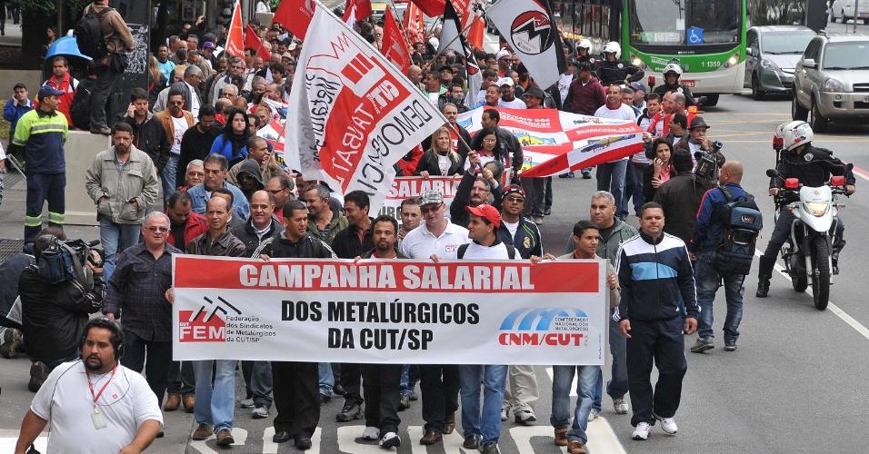 4.jul.2013 - Metalúrgicos realizam protesto na avenida Paulista, em São Paulo (SP), na manhã desta quinta-feira (4). O ato faz parte de campanha salarial da categoria. Os manifestantes se dirigiram para frente da sede da FIESP, onde foi realizada uma assembleia