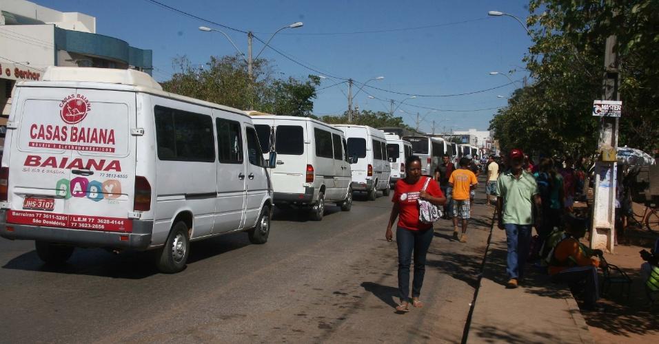 4.jul.2013 - Motoristas e proprietários de vans protestaram nesta quinta na BR-242, em Barreira (BA), Eles defendem a regularização do transporte alternativo nos municípios do oeste baiano