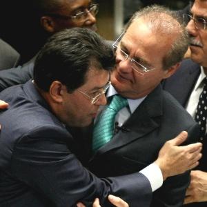 O presidente do Senado, Renan Calheiros (PMDB-AL), viajou em um avião oficial da FAB para ir ao casamento da filha do senador Eduardo Braga (PMDB-AM) Acima, os colegas de partido se cumprimentam durante a votação da MP dos portos no Senado, em maio de 2013 - Pedro Ladeira/Folhapress