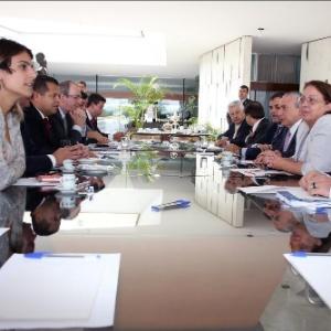 O vice-presidente Michel Temer (sentado na fila à direita, ao centro) se reuniu com líderes dos partidos da base aliada na Câmara - Reprodução/Twitter