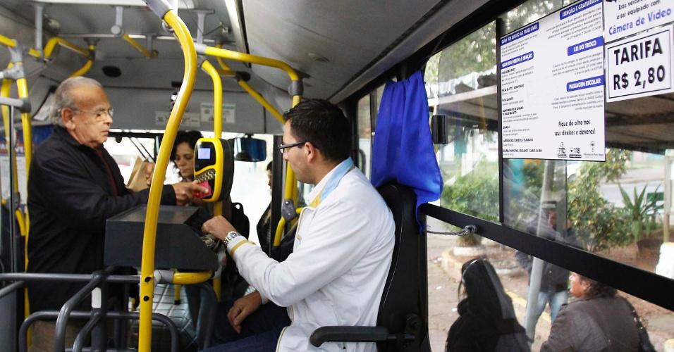 4.jul.2013 - Passageiro passa por catraca de ônibus em Porto Alegre (RS), na manhã desta quinta-feira (4). Entra em vigor hoje o valor reduzido da tarifa, que passou para R$ 2,80. A redução foi garantida após aprovação pela Câmara de Vereadores na madrugada de terça-feira (2) do projeto de lei que isenta as empresas de transporte coletivo do pagamento do Imposto Sobre Serviços de Quaisquer Natureza (ISSQN)