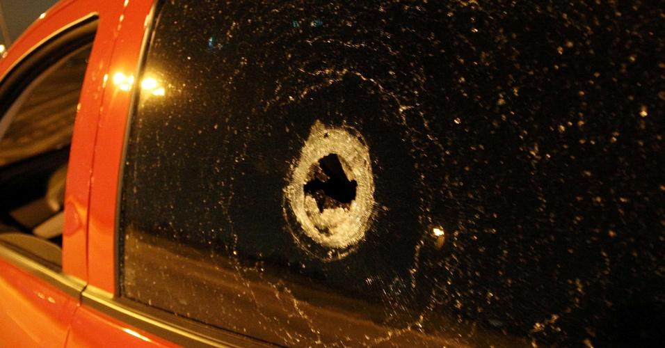 4.jul.2013 - Policial militar é baleado após tentativa de assalto nas imediações da avenida Jacu Pêssego, zona leste de São Paulo (SP), na manhã desta quinta-feira (4). Segundo a PM, ele foi abordado por um homem e não obedeceu a ordem de parada e foi baleado. O policial ainda conseguiu dirigir até a alça de acesso à rodovia Ayrton Senna e pediu socorro. Uma equipe de resgate da concessionária que administra a estrada socorreu o policial para um hospital em Guarulhos. Ninguém foi preso. O caso foi registrado no 63° DP