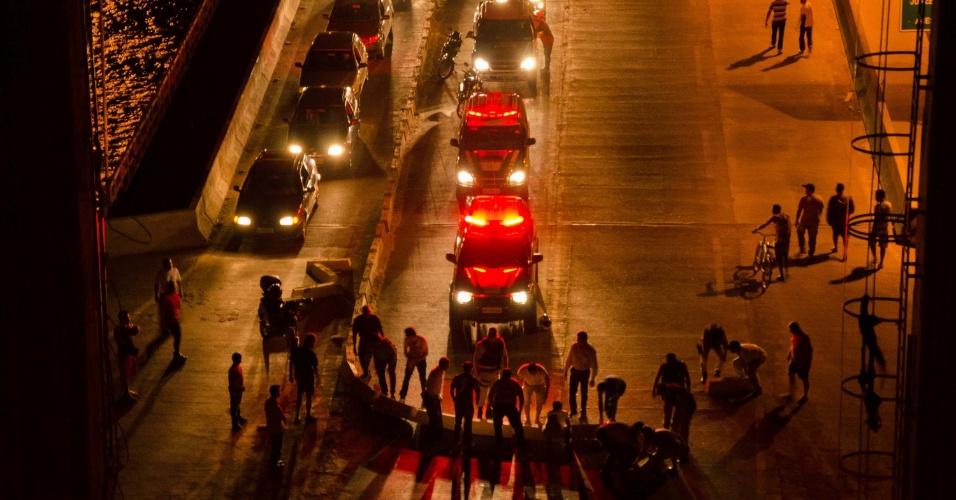 """4.jul.2013 - Protesto organizado pelo movimento """"O Vale Acordou"""" ponte Presidente Dutra, na BR-407, que liga as cidades de Juazeiro (BA) e Petrolina (BA). Os manifestantes reivindicam o reajuste das tarifas do transporte público"""