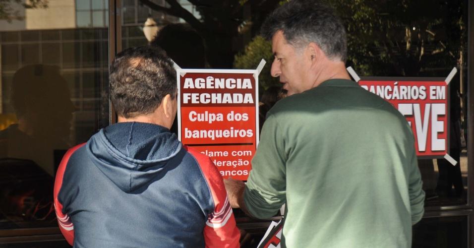 4.jul.2013 - Sindicato dos Bancários de Piracicaba (SP) protesta contra o fechamento do banco Luso Brasileiro, que encerrará suas atividades no dia 31 de julho