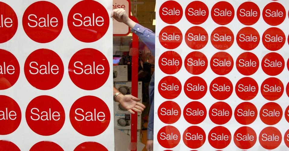 Promoção, liquidação ,vendas - Vitrine com promoções em Oxford Street, maior rua comercial de Londres; as lojas elevaram descontos para atrair consumidores em plena crise, que já quebrou grandes varejistas como Zavvi (música e DVD), Whittard (chás) e The Officers Club (moda)