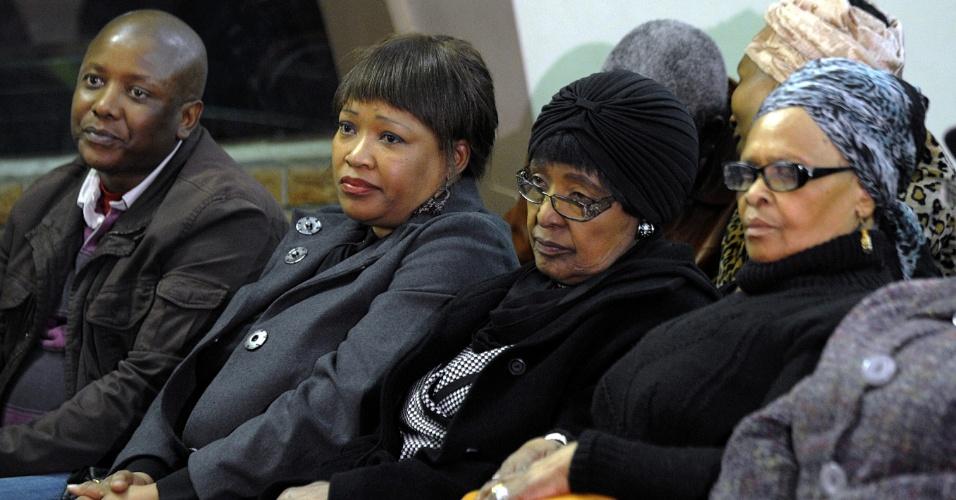 5.jul.2013 - A segunda mulher do ex-presidente da África do Sul, Nelson Mandela, Winnie Madikizela?Mandela (segunda à direita) e sua filha Zindzi (segunda à esquerda) participam de missa em honra de Mandela, que está há mais de 20 dias internado, em condição crítica de saúde, em Pretória
