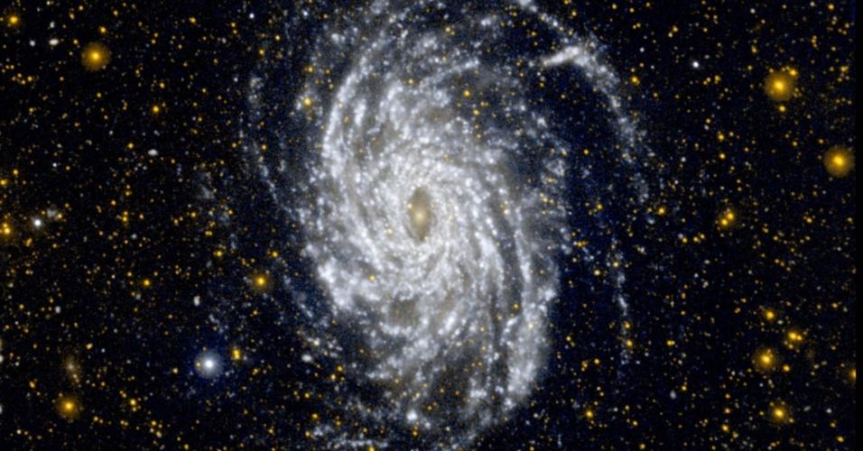 5.jul.2013- Uma das galáxias mais parecidas com a Via Láctea, a NGC 6744 aparece nesta imagem em ultravioleta com a formação de estrelas em regiões externas da galáxia. A 30 milhões de anos-luz, a galáxia está na constelação de Pavão e é maior do que a Via Láctea, com um disco que mede 175 mil anos-luz