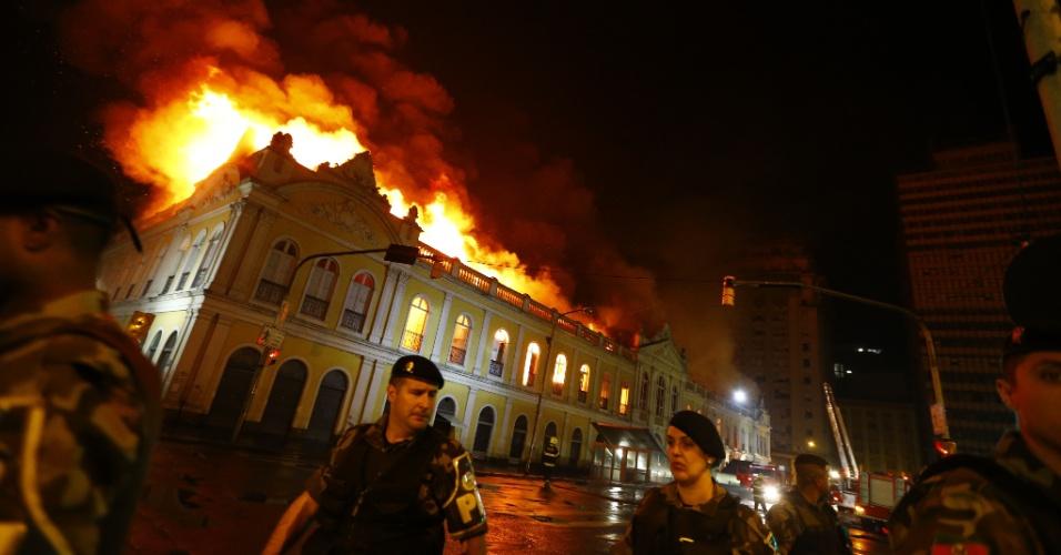 6.jul.2013 - Incêndio destrói o tradicional Mercado Público de Porto Alegre, construído em 1869 e que abriga bares, restaurantes e bancas comerciais. As chamas se alastraram a partir do segundo piso do prédio histórico, em frente à estação do trem metropolitano, no centro da cidade