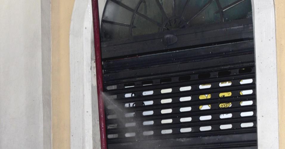 6.jul.2013 - Mangueira que estava sendo usada para controlar o fogo estoura