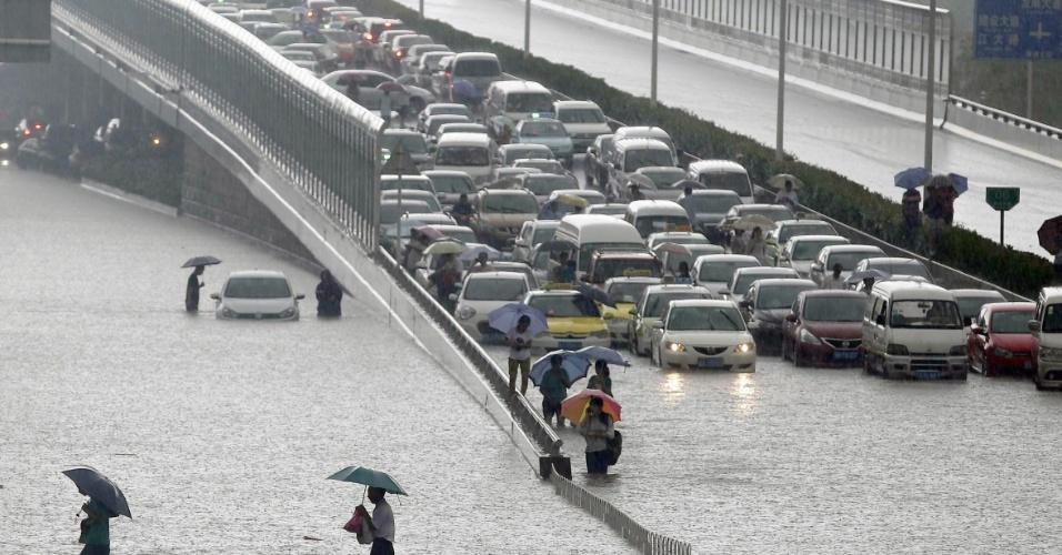 7.jul.2013 - Chuva forte deixa ruas alagadas no centro da cidade de Wuhan, na província de Hubei, na China, neste domingo (7). A tempestade atingiu 23 cidades e afetou 124 mil pessoas