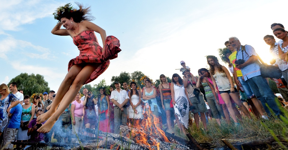 7.jul.2013 - Ucraniana salta fogueira durante celebração da Noite de Ivan Kupala, tradicional festival da cultura eslava, em Kiev (Ucrânia)