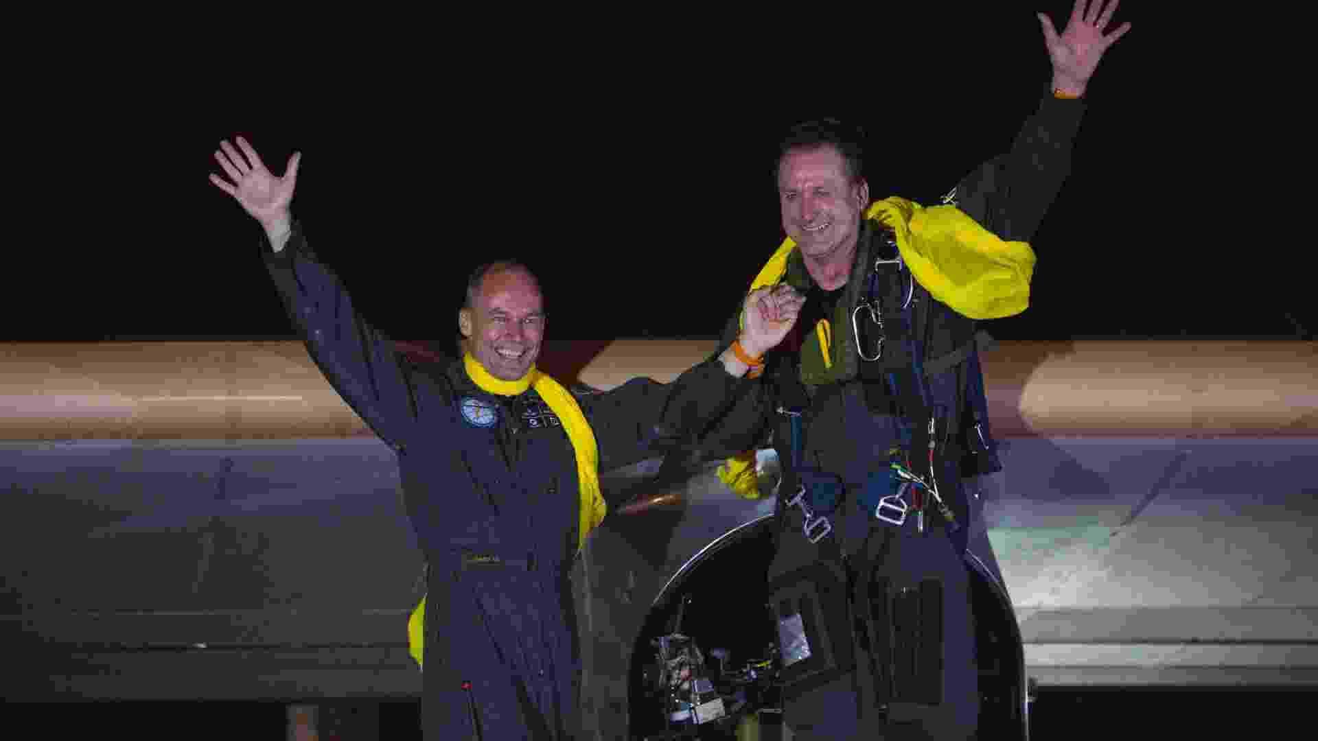 6.jul.2013-  Pilotos Bertrand Piccard e Andre Borschberg (direita) acenam após o avião solar aterrissar no aeroporto JFK, em Nova York, depois de ter atravessado os EUA por dois meses - Reuters/Eric Thayer
