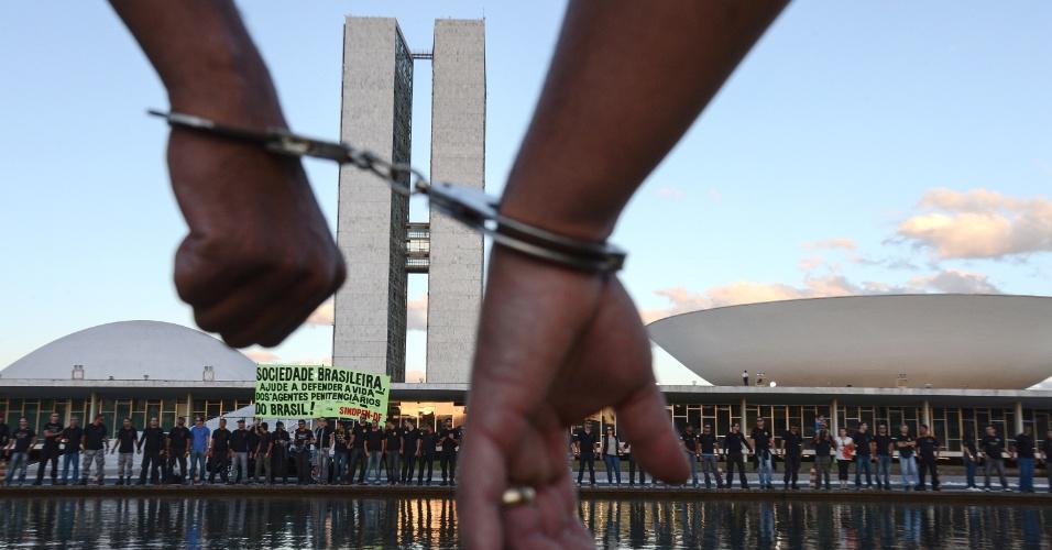 9.jul.2013 - Agentes penitenciários realizam protesto em frente ao Congresso Nacional nesta terça-feira (9). Eles reivindicam o direito ao porte de arma de fogo. Durante a manifestação, os agentes realizaram um