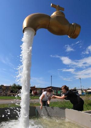 9.jul.2013 - Fonte em praça no subúrbio da cidade russa de Krasnoyarsk, Rússia, dá a ilusão de que uma torneira gigante está suspensa no ar. O efeito acontece porque a sustentação está escondida no jato de água