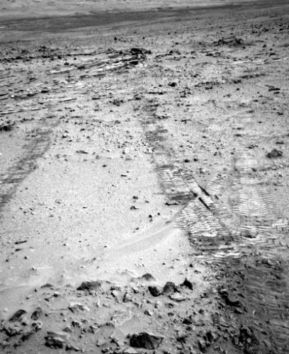 9.jul.2013 - Robô Curiosity olha para trás e fotografa marcas de sua roda ao deixar o último local de coleta científica em Marte, na região de Glenelg, e parte para seu destino final: o Monte Sharp. O robô percorreu 18 metros no 324 dia em Marte, o destino final está a 8 quilômetros dali e levará alguns meses para ser alcançado. No final de junho, o Curiosity terminou sua investigação sobre sedimentos encontrados na área chamada de Shaler. Em Shaler e Glenelg, o robô encontrou indícios de que o planeta vermelho já possuiu características favoráveis à vida microbiana. Agora, no Monte Sharp, a ideia é investigar como o ambiente do planeta evoluiu