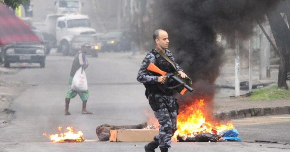 9.jul.2013 - Um homem morreu após ser baleado durante a operação que o Bope (Batalhão de Operações Especiais) realiza nesta terça-feira, na favela do Rola, em Santa Cruz, na zona oeste do Rio de Janeiro