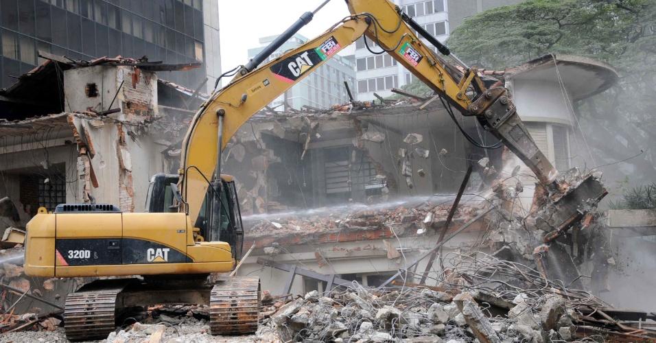 9.jul.2013 - Penúltimo casarão antigo da avenida Paulista, em São Paulo, foi demolido nesta terça-feira (09). Ninguém da empresa demolidora estava autorizado a falar ou dar informações